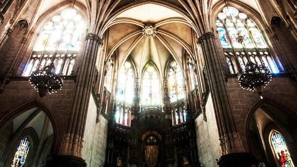 Los vitrales son el aspecto más llamativo de este inmueble.