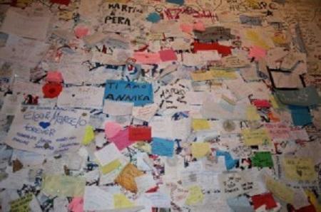 Mensajes de amor en la puerta de la Casa de Julieta.