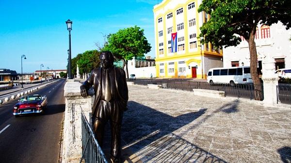Alameda de Paula, al fondo edificio con la bandera Cubana.