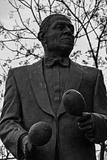 ANTONIO MACHÍN, cantante cubano y maraquero, cuyo bronce se encuentra en La Habana, Cuba. Foto de Archivo AHGA.