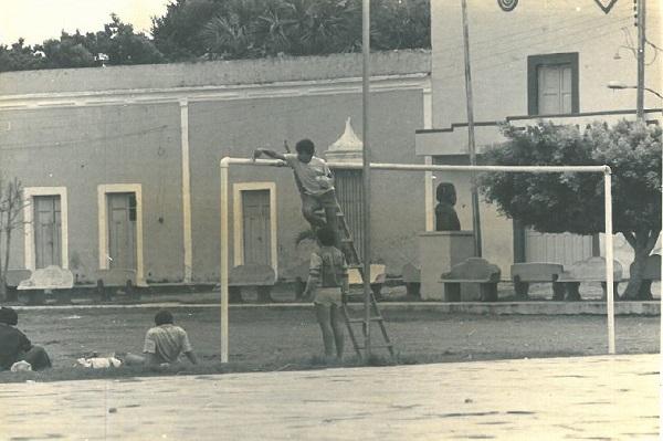 Vista parcial de la plaza, del paseo y del Cinema Lido. (Tekantó, 1987.)