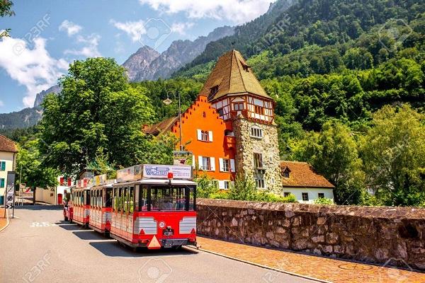 Paseo turístico por las calles de Vaduz en Liechtenstein.