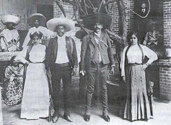 Emiliano Zapata (derecha) con su hermano Eufemio y sus esposas.