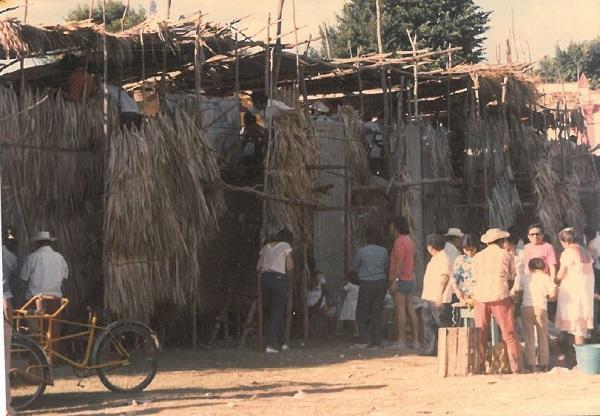 En ocasiones, el mejor ambiente de las corridas es el que se desarrolla en los alrededores del coso taurino, en el intercambio comercial, la charla vecinal y la convivencia de la comunidad.