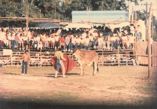 El diestro matador a punto de completar su faena. A un lado, el espontáneo que desea lucir su destreza taurina. El coso taurino a reventar. Tarde de un día de noviembre de 1994. Tekantó.