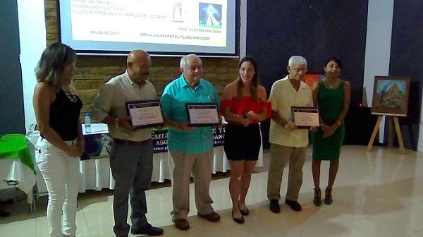 Los expositores recibieron reconocimientos por su actuación.