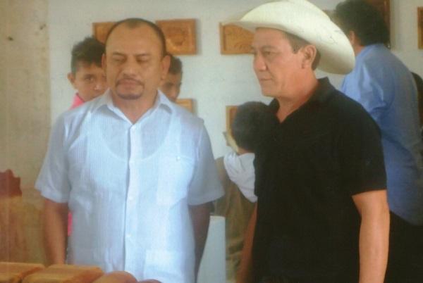 El Mtro. y gestor cultural, Arsenio Rosado Manzanero, en compañía del Mtro. Manuel May Tilán al momento de la inauguración en Mérida de una muestra del trabajo en grabados de niños y jóvenes de Abalá en el Centro de Artes Visuales de Mérida.