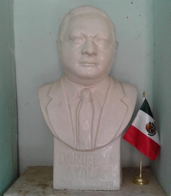 Don Daniel Ayala Pérez, gran músico mexicano reconocido mundialmente. Busto en Abalá.