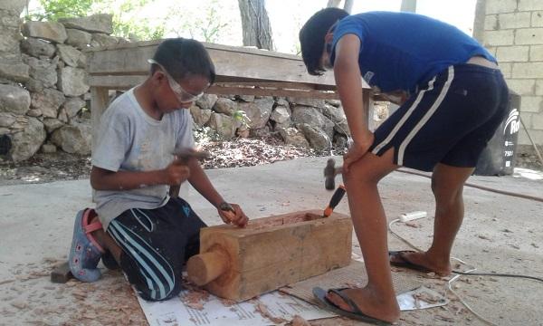Aarón y Diego elaborando un Tun Kul.