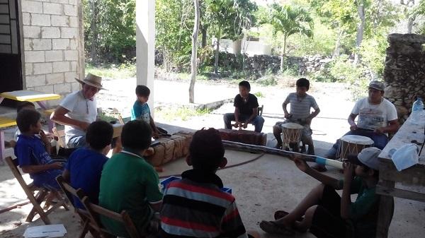 Niños de CDA ensayan canciones en Maya.